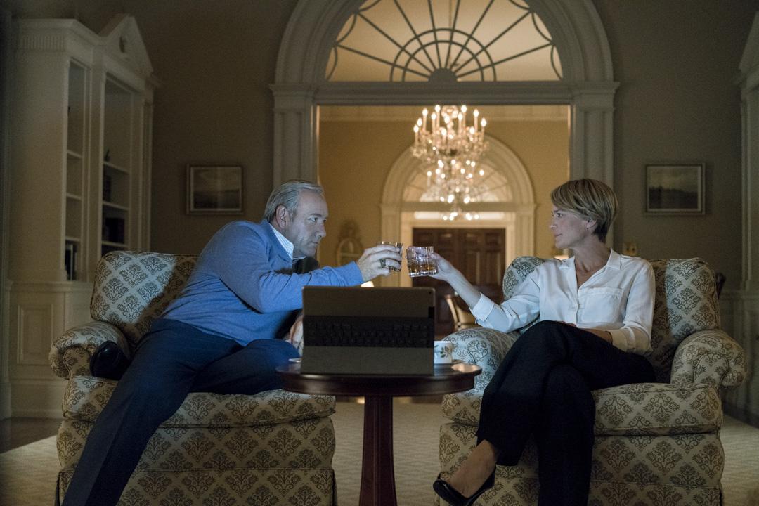 《紙牌屋》是 Netflix 史上播放量最高的劇集,故事主要圍繞由Kevin Spacey飾演的美國總統 Frank Underwood和Robin Gayle Wright所飾演的第一夫人Claire Underwood,第五季於2017年5月30日首播。 圖片來源:《紙牌屋》劇照