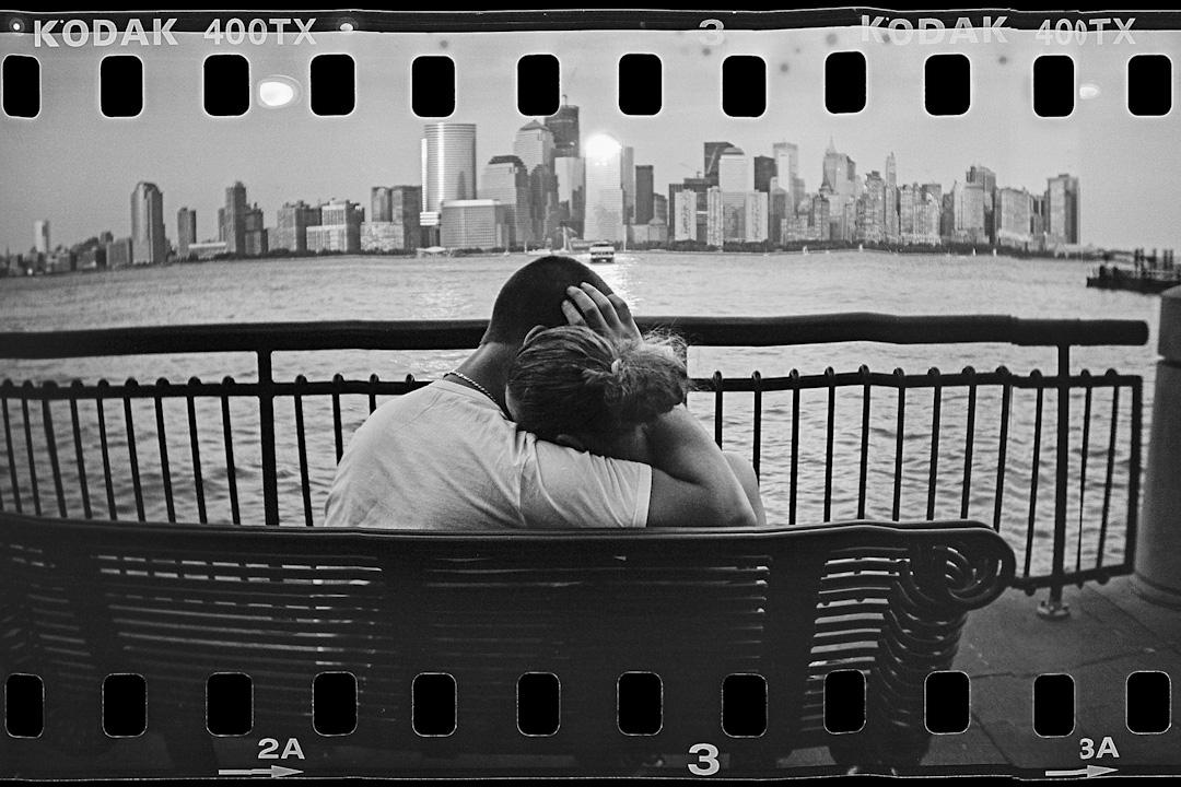 這一代人作為個體是空前自由的,我們想要上哪兒遊蕩都不困難。即使在進入愛情的時候,也更希望保持獨立的自我,希望探索各自的世界。於是「聚少離多」儼然已經成了這個時代愛情的最大公約數。 攝:Mario Tama/Getty Images