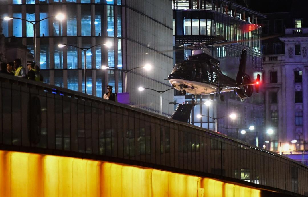 警方直升機在倫敦橋上降落。