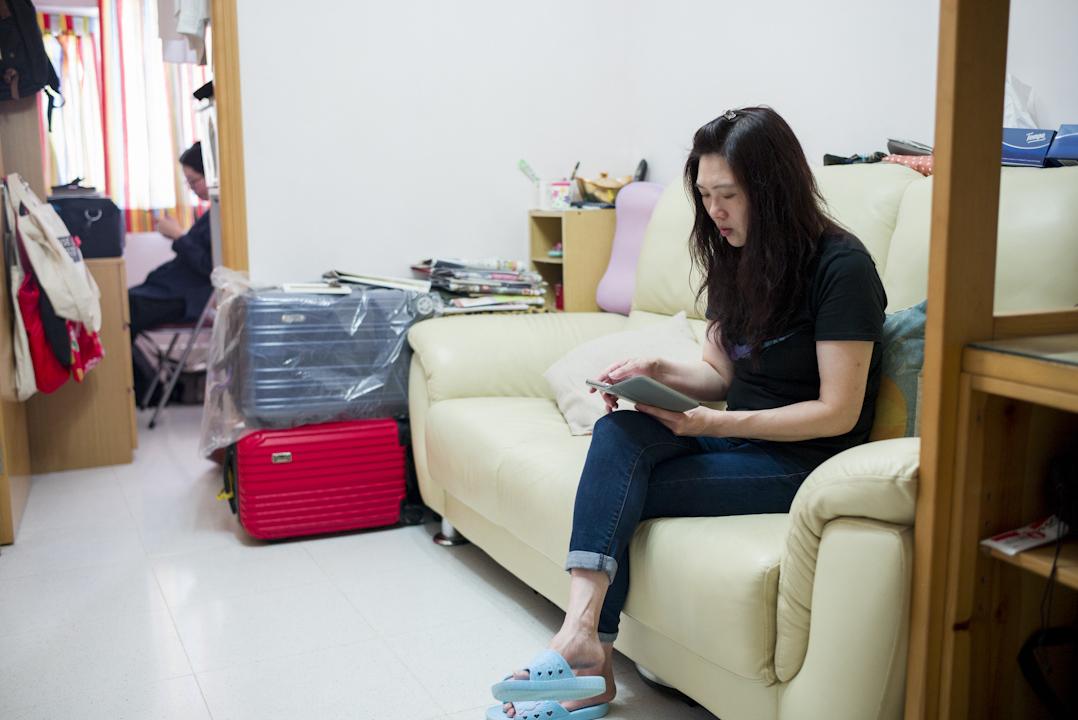媽媽窩在客廳沙發上用手機玩遊戲,女兒在房間上網。這是鄧欣和媽媽的日常:「河水不犯井水」。