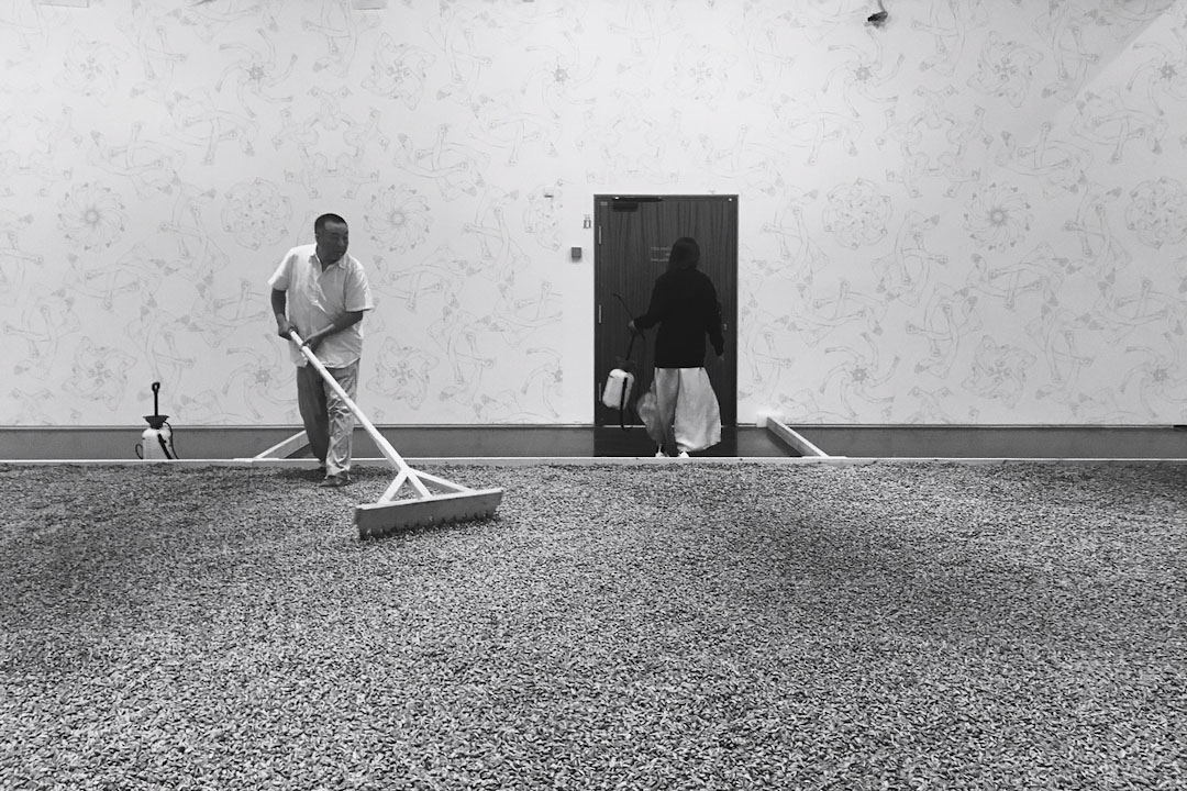 以色列博物館的艾未未個展《或是或非》,作品《葵花子》。