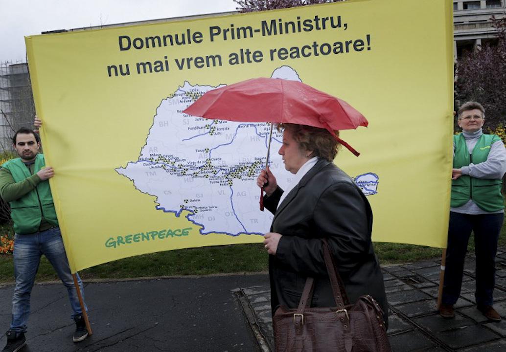 在這次爭議中,不少替綠色和平辯護的支持者會提出「環保無國界」論,認為在全球跨境污染下,毋須再分國界。。圖為2011年4月14日,綠色和平在羅馬尼亞政府總部抗議該國興建新核電站。 攝:Daniel Mihailescu / AFP