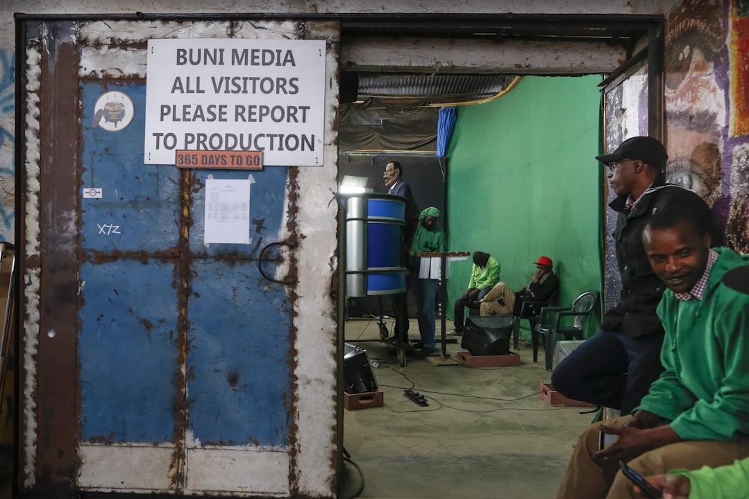 節目的拍攝地點從一個辦公樓內的狹窄隔間,搬到了內羅畢市郊工業區內的一個藝術中心,製作人員也由最初的幾人變成現在四十幾人的專業團隊。