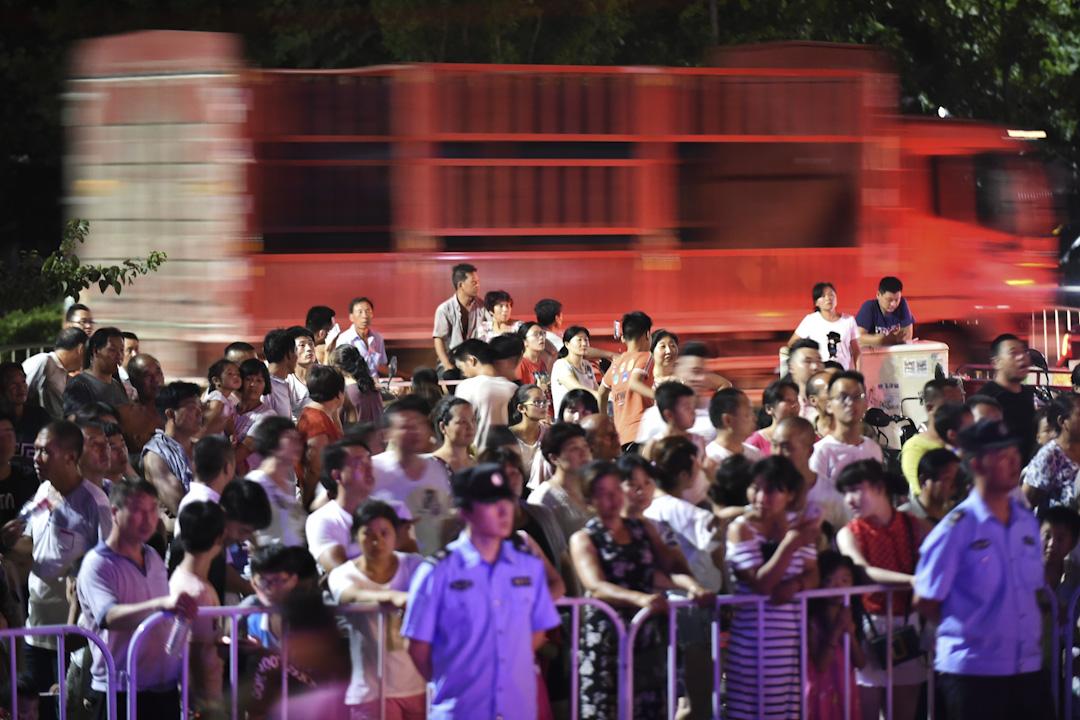 2017年7月14日,河南洛陽,洛龍區某廣場一活動演出上,狂野的美女及遊戲《王者榮耀》cosplay秀,圍觀群眾站在路中央觀看。