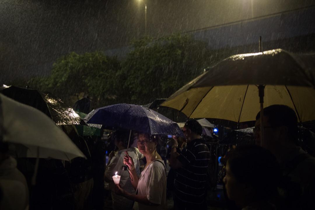 遊行其間不時下起大雨。