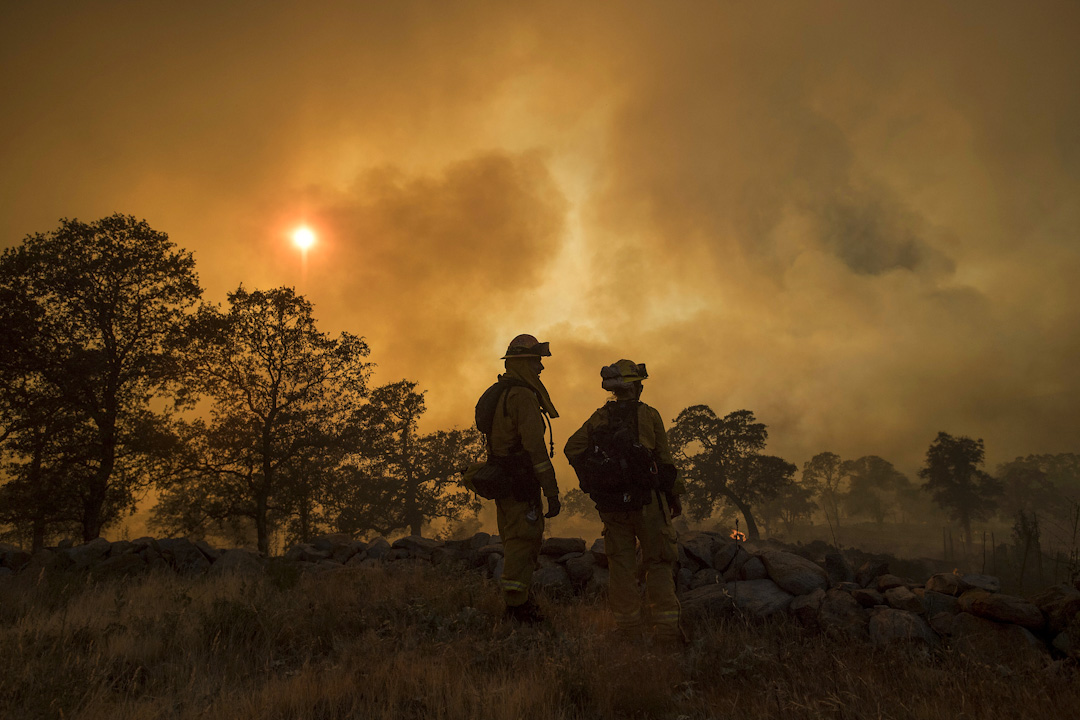 2017年7月8日,在美國加州內華達山脈發生森林大火,燒毀了大片田地,房屋受到破壞,有數名居民受傷。消防員和工程人員在觀察森林大火的火勢程度。