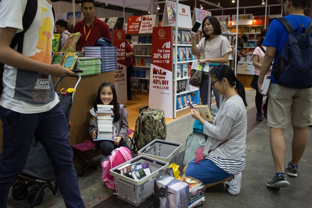 「買書如山倒,讀書如抽絲」——不少讀者留言坦承自己的「屯書癌」,買書時總是衝動難耐,買書後卻束之高閣,家中屯積了從未翻開。 攝:Stanley Leung/端傳媒