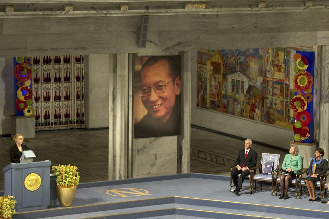 2010年12月10日,諾貝爾委員會主席亞格蘭向著一張空凳,將2010年諾貝爾和平獎授予當時在囚中的劉曉波,以表彰他長期爭取維護中國人權的努力。這時全場起立,鼓掌接近一分鐘。全體嘉賓三度起立鼓掌。  攝:Odd Andersen/AFP/Getty Images