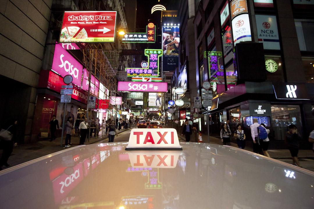 串流於城市大街小巷的司機,總不自覺見證著城市的變遷與世間百態。 攝:Ed Jones/AFP/Getty Images