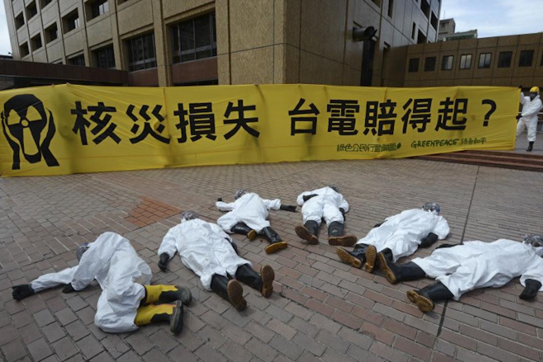 地圖事件很快發酵。開始有人去點選綠色和平(台灣)的粉絲頁並給予一顆星的負面評價,短短24小時內,台灣綠色和平臉書專頁的「一星」數已經超過「五星」數,直接要求「退款」、信用卡止付的民眾更多,堪稱綠色和平台灣辦公室開張以來的最大公關危機。圖為2013年,綠色和平在台電大樓外抗議核四廠興建。