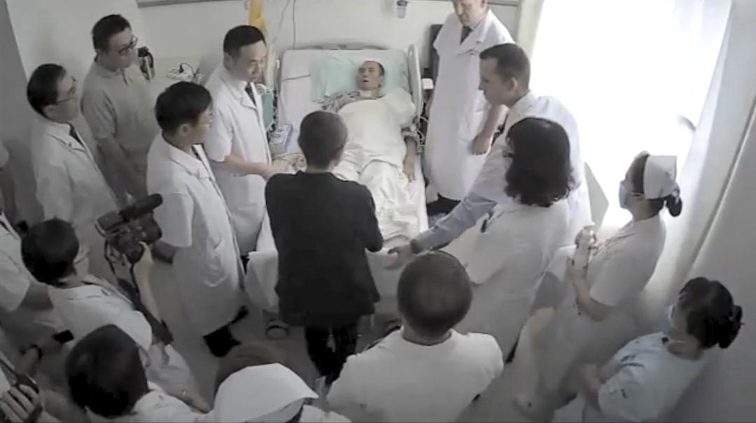 網上流傳德國和美國專家會診劉曉波影片,兩位專家向在場的劉霞解說劉曉波病情並向其安慰。