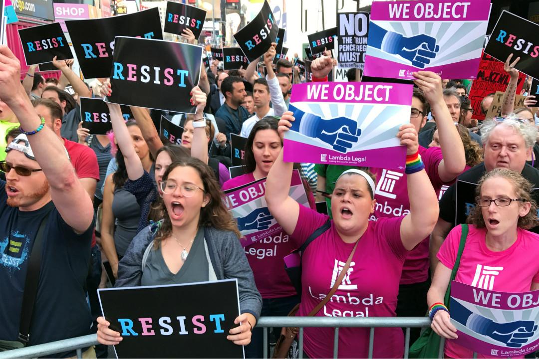 7月26日,紐約民眾抗議特朗普計劃恢復禁止跨性別人士出任軍中職位。 攝:Carlo Allegri/Reuters