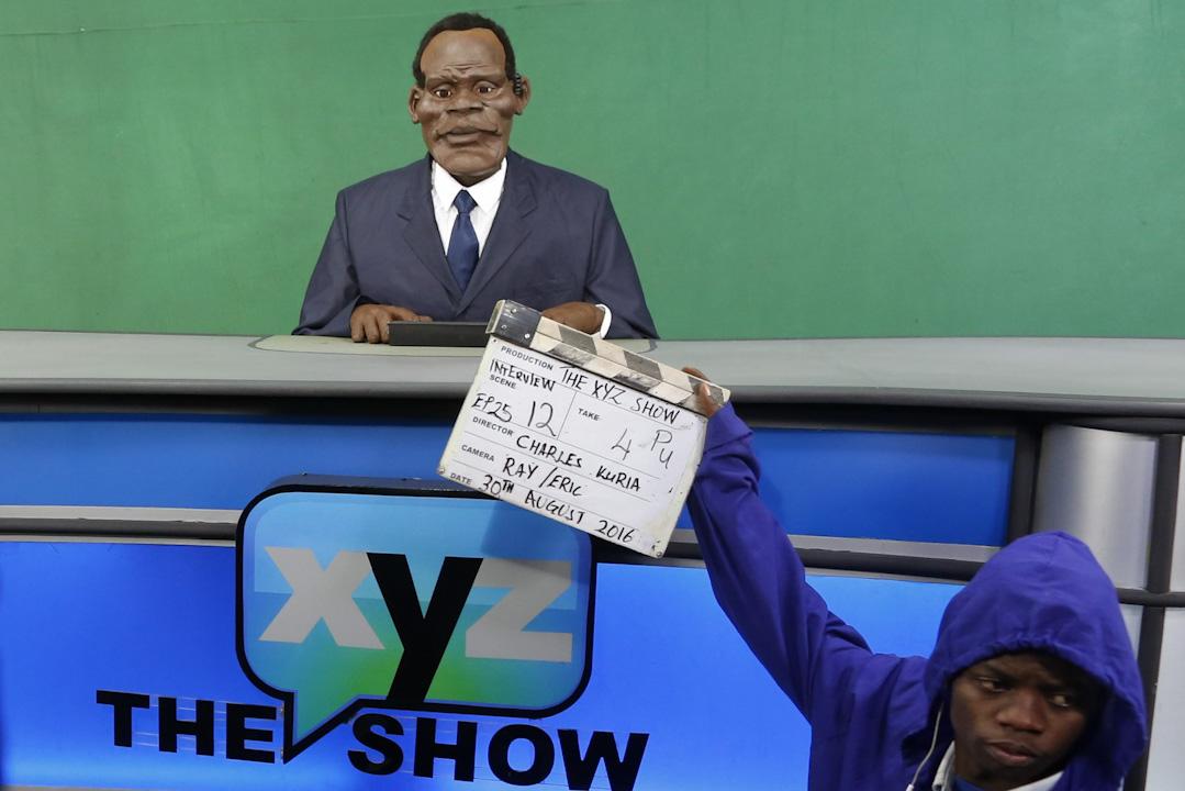 木偶節目XYZ showv v 以肯尼亞政治作為主要諷刺對象。出於對政治風險的擔憂,至今沒有私人企業願意贊助節目拍攝,團隊運營仍然依賴非政府組織捐贈。