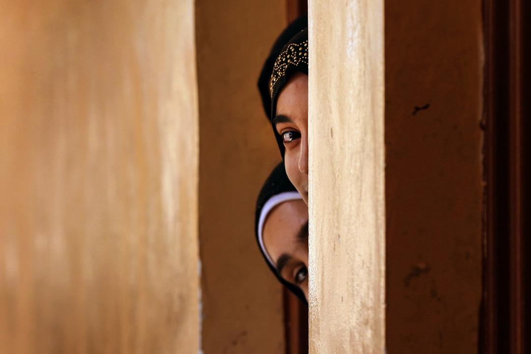 2017年7月27日,在伊拉克摩蘇爾,兩名女孩在班房門口偷看攝影師。