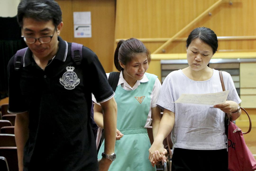 香港中學文憑試剛剛放榜,對剛獲知成績的考生來說,最關鍵的選科期才剛剛開始。圖為2017年7月12日,庇理羅士女子中學學生收到文憑試成績單。 攝:端傳媒攝影部