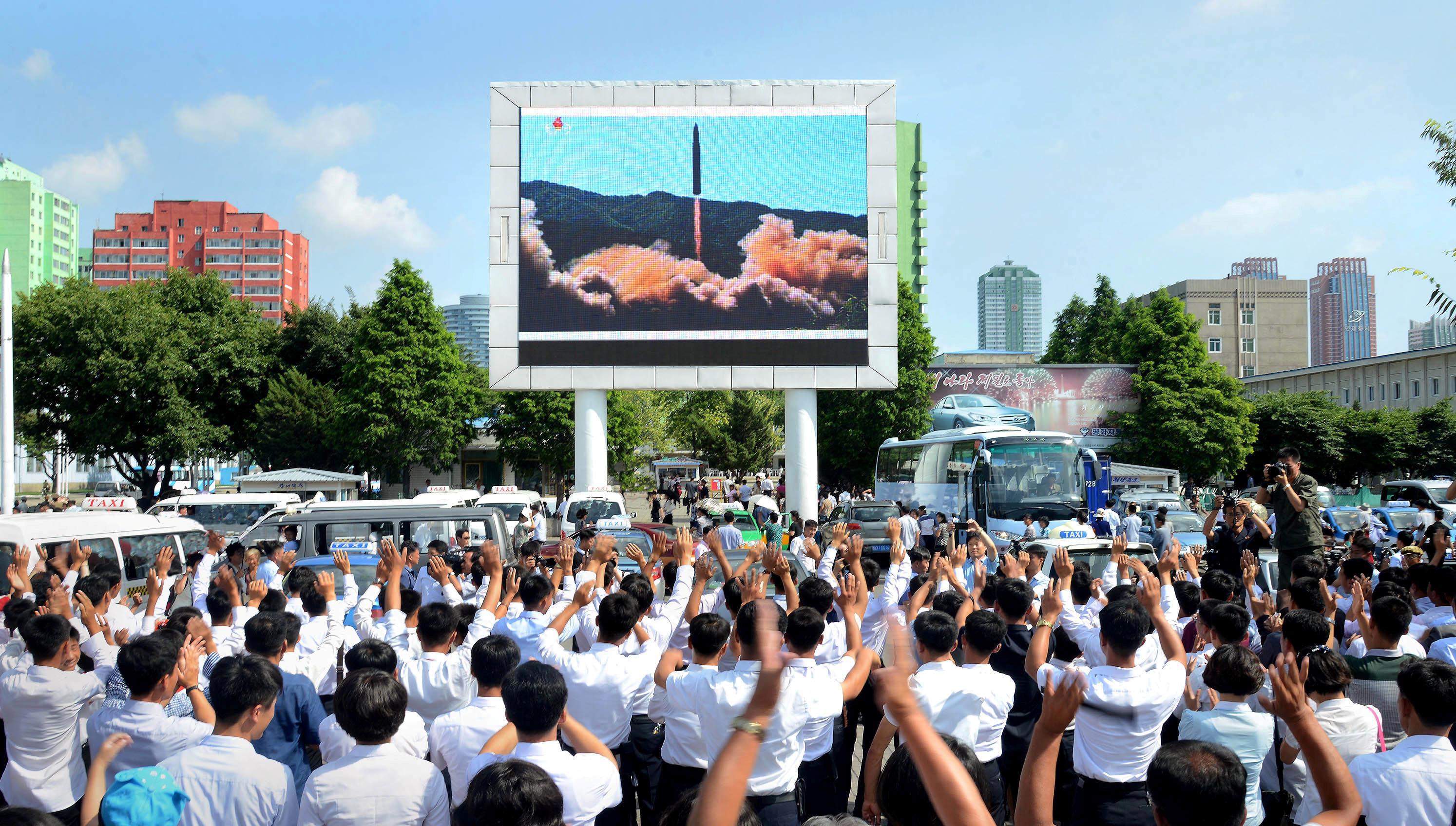 2017年7月5日,朝鮮人民在大螢幕前觀看洲際彈道導彈「火星14型」發射升空一刻。