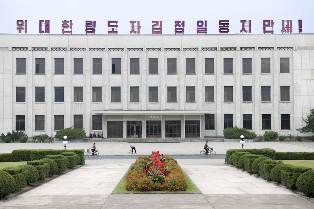 北韓清津,政府大樓前。 攝:Mark Edward Harris/Getty Images
