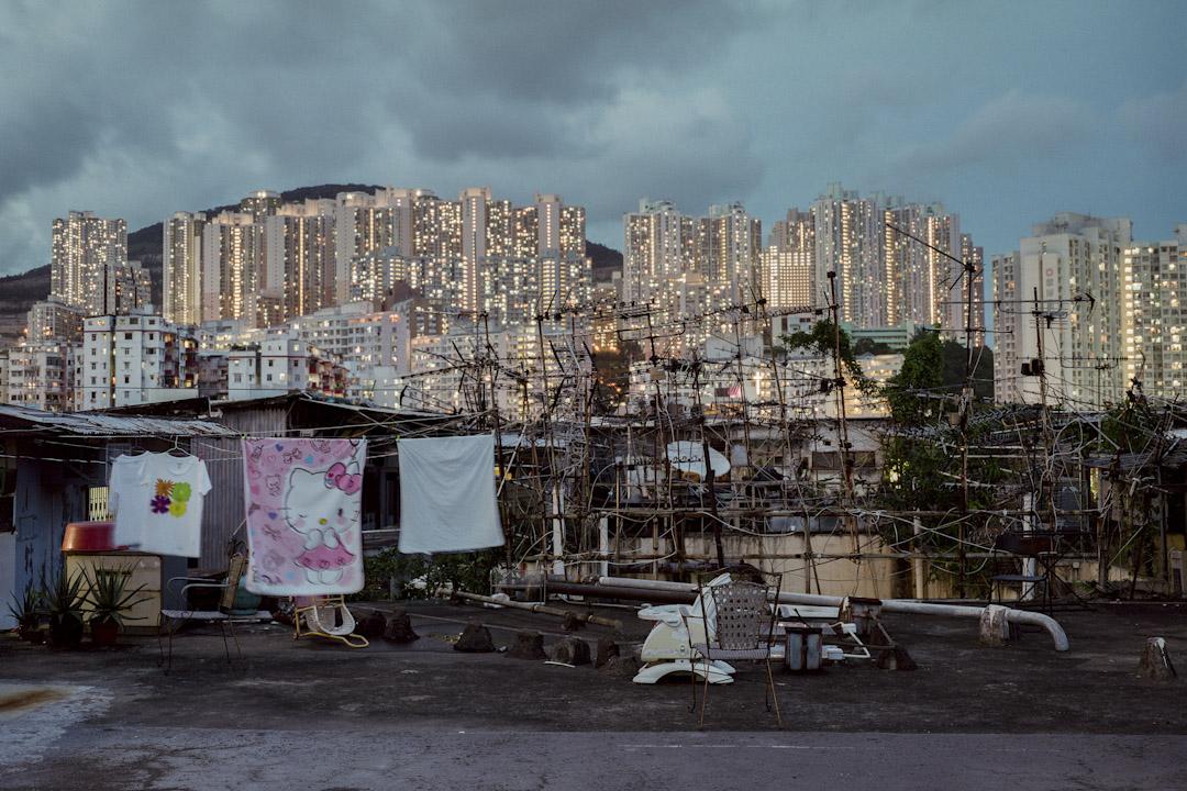在貧富懸殊、寸金尺土的香港,住房一直是難題,有人花費千金換來豪宅,有人日日躋身狹小的套房、板房、天台屋。 攝:林振東/端傳媒