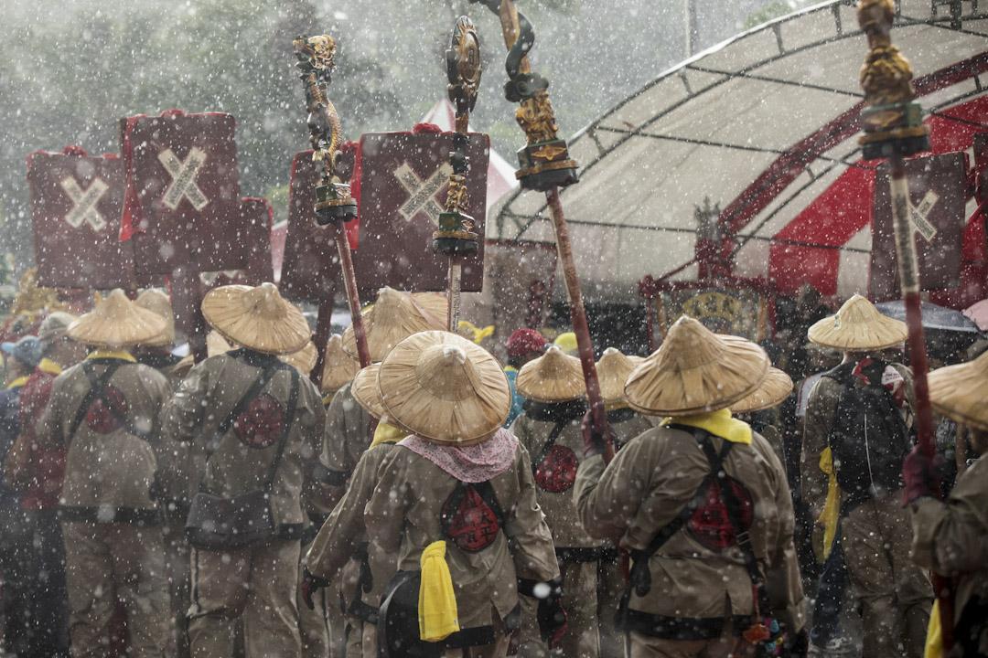 「史上最大科、眾神上凱道」大遊行進行至下午,突然下起傾盆大雨。 攝:張國耀/端傳媒