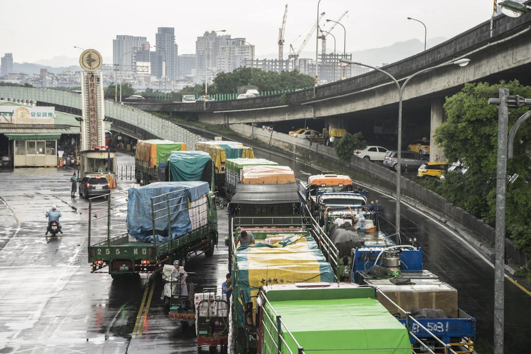 菜車陸陸續續在一市外河堤邊排隊,直到順利卸貨為止。