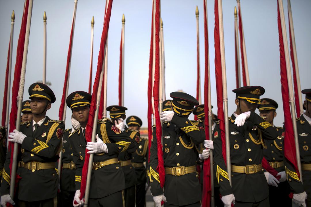 2017年7月18日,巴勒斯坦自治政府主席阿巴斯訪問中國。在北京人民大會堂前,中國解放軍儀仗隊在抹拭汗水,等待稍後的歡迎儀式。