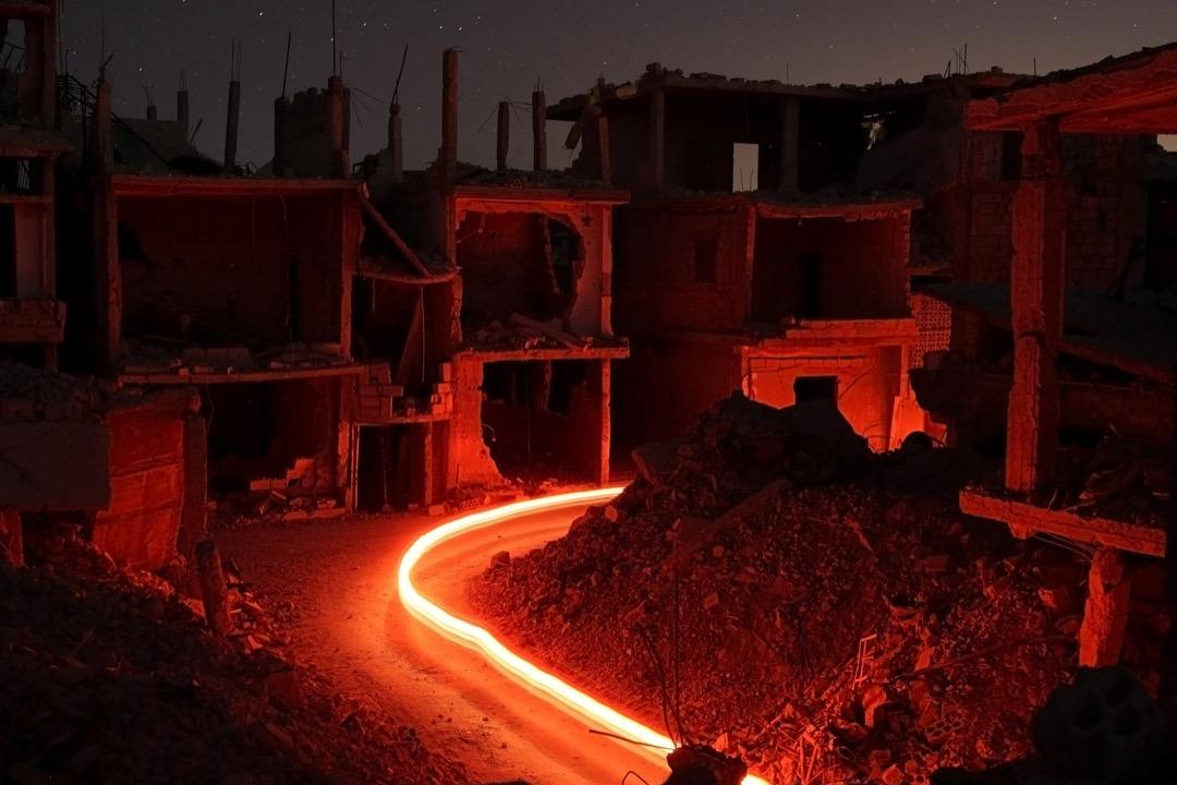 2017年7月15日,在敘利亞達拉市,攝影師用長曝光拍下市內被炸毀的建築物。