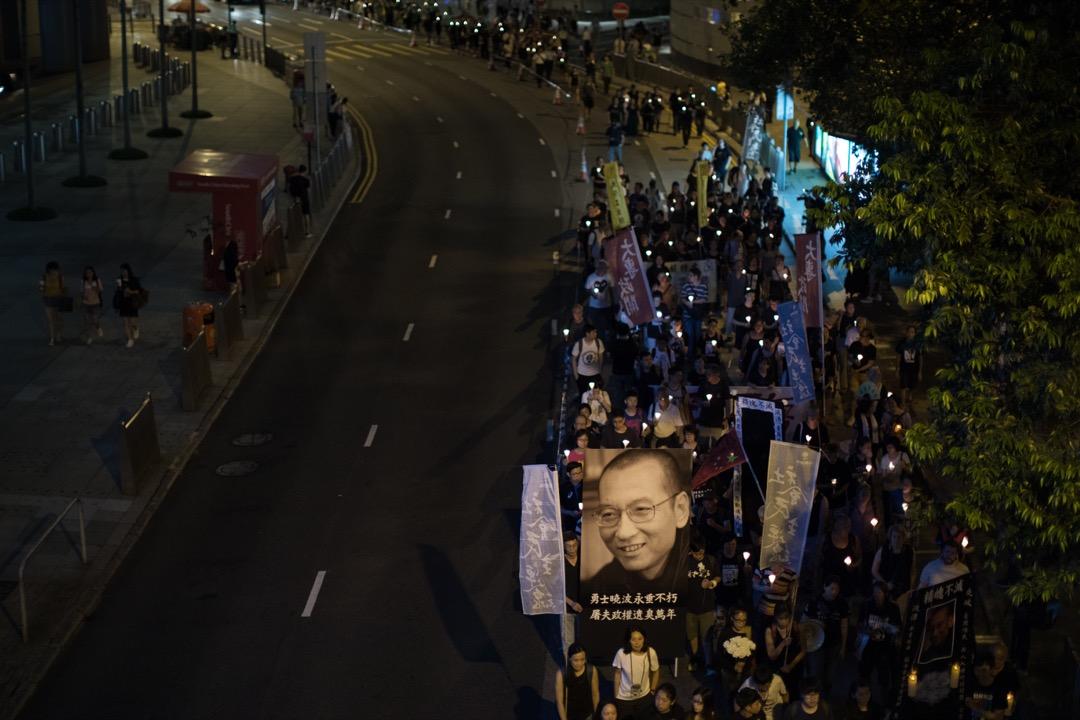 警方稱高峰時,燭光遊行人數約2500人,於中環遮打花園出發,遊行至中聯辦。