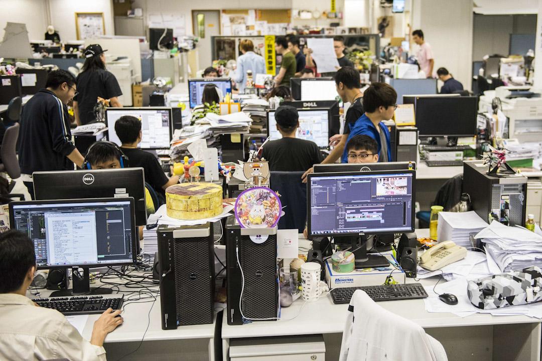 壹傳媒集團近日公佈在香港和台灣同步推動的「創業計畫」。大致是《蘋果》記者的身份將從「員工」轉為「外包商」,記者已經不再是受僱用的「勞工」,而是「自僱工作者」,甚至是個「工作室」的負責人。黎智英帶領的《蘋果》資方,從原本必須面對一個由採、編、業、印等部門員工組成的工會,改成只要面對一群「外包個體戶」。圖為壹傳媒位於香港的辦公大樓,記者們在編輯室工作。