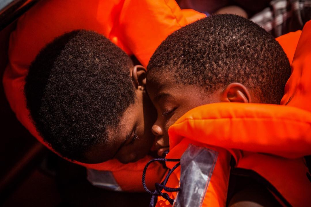 2017年7月25日,在利比亞塞卜拉泰對出的地中海海域,兩名難民被西班牙救生船救起。 攝:Santi Palacios/AP