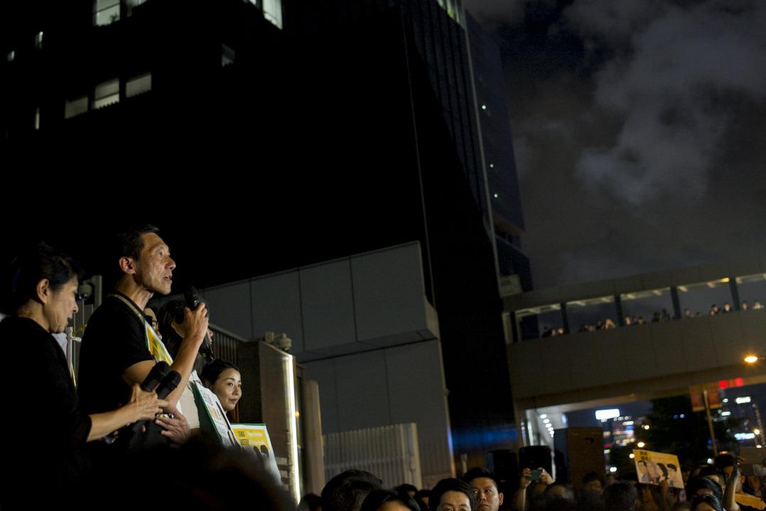 2017年7月14日,高等法院頒布裁決,裁定姚松炎、羅冠聰、梁國雄及劉小麗均喪失立法會議員資格,晚上民主派議員於公民廣場外集會抗議政府政治打壓,數百名市民到場參與。  攝:林振東/端傳媒
