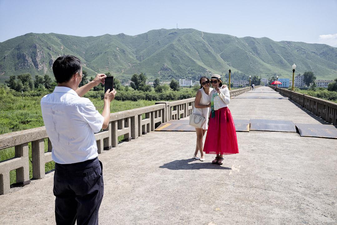 在中國圖們市,遊客在連接中國和北韓的大橋上拍照。 攝:Shin Woong-jae/For the Washington Post