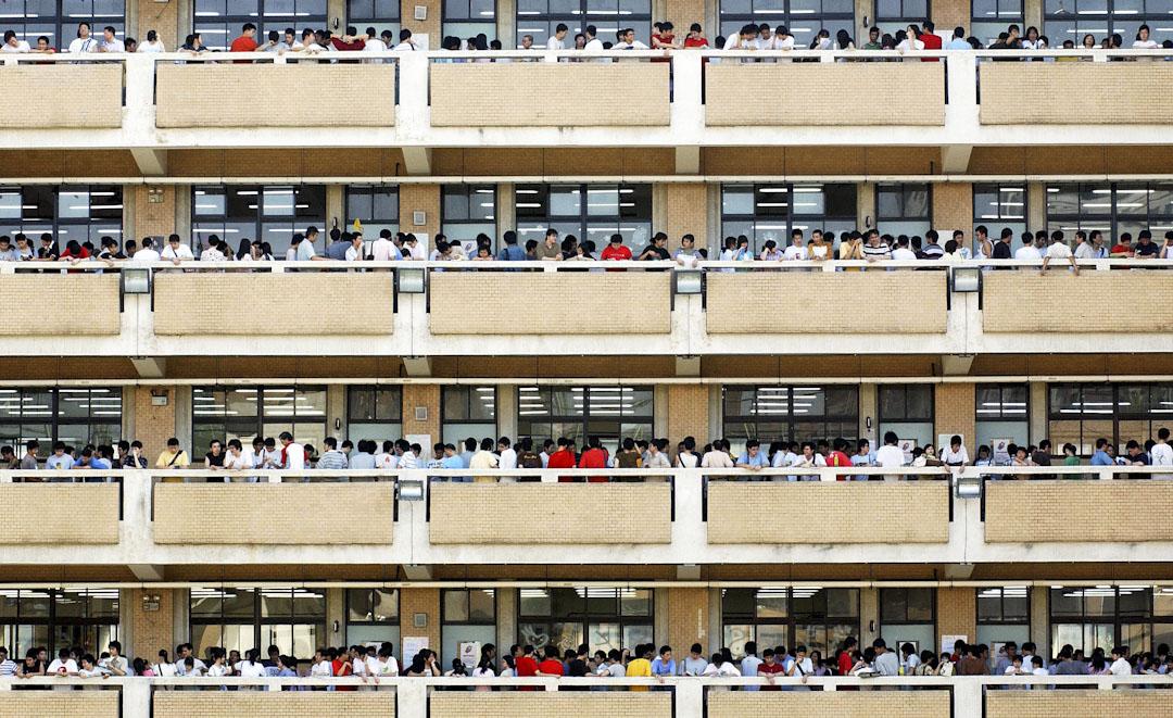 台北一所高中的學生參加大學入學考試,於進入考場前進行最後一刻的準備工作。 攝:Patrick Lin /AFP/Getty Images