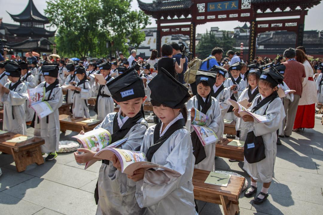中國南京舉行的孔廟儀式上,學生穿著古代服式參加儒家儀式並一起讀書。 攝: VCG/VCG via Getty Images