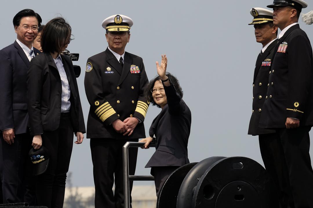 2017年3月21日,台灣總統蔡英文乘坐中華民國海軍的荷製潛艇,在高雄左營軍港上岸。 攝:Sam Yeh/AFP/Getty Images