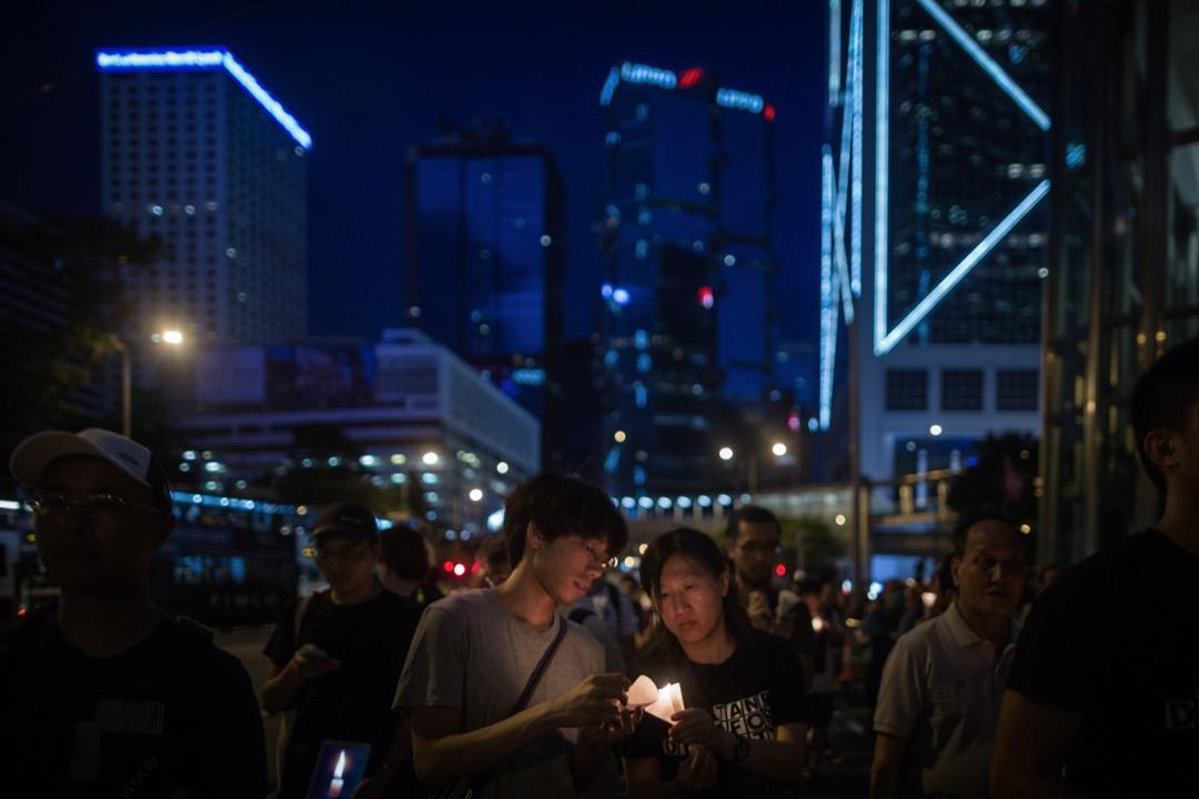 燭光遊行時,市民不時互相借火,重新點燃燭光。