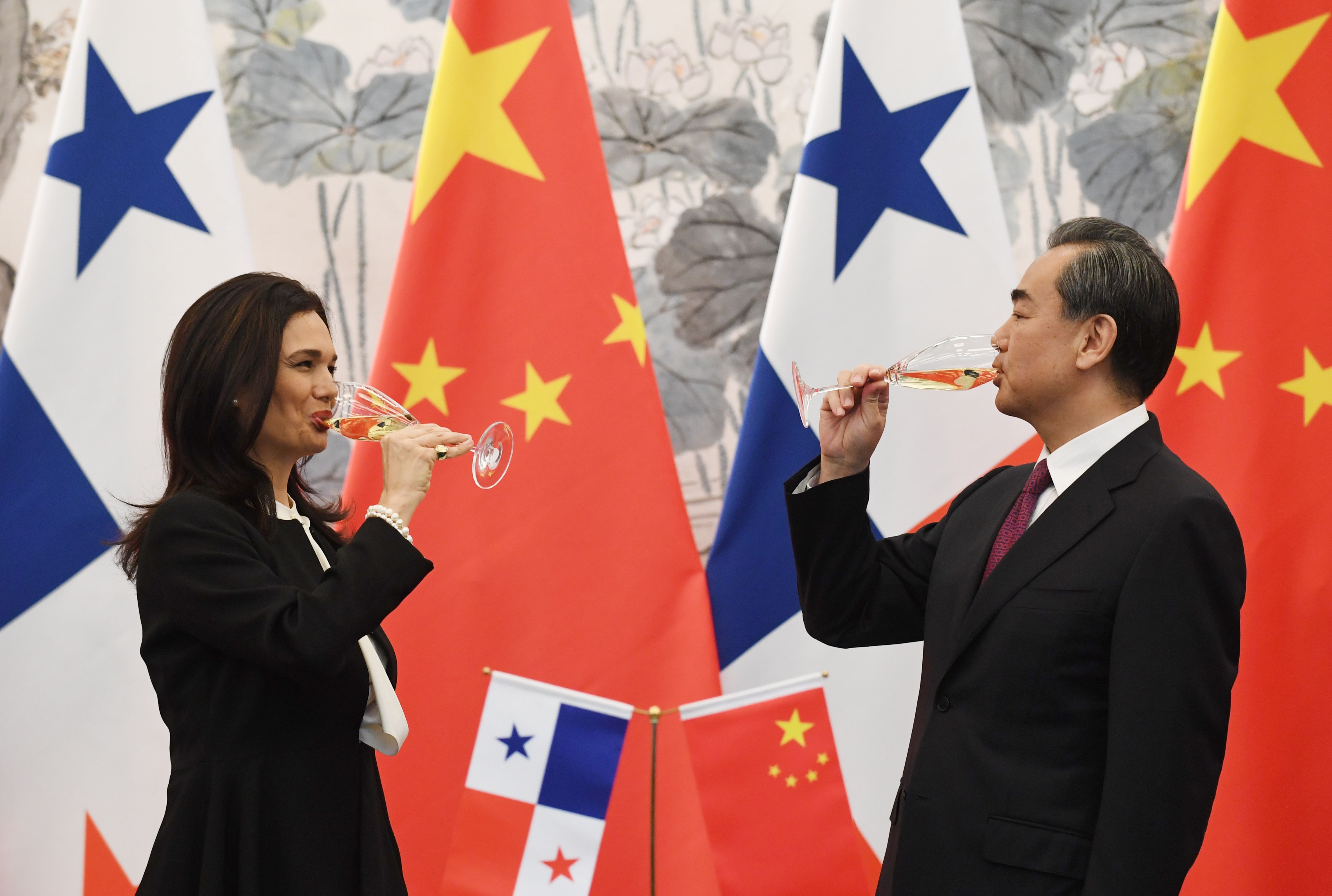 2017年6月13日,巴拿馬副總統兼外交部長德聖馬洛與中國外交部長王毅在北京簽訂外交協議,並在席間舉杯暢飲。