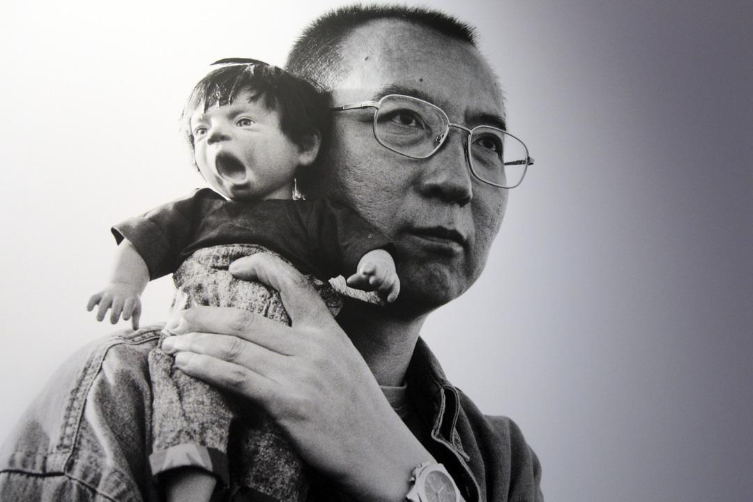 劉霞為丈夫劉曉波所拍攝的一幅照片,相中劉曉波的肩頭坐著醜娃娃。 劉霞作品