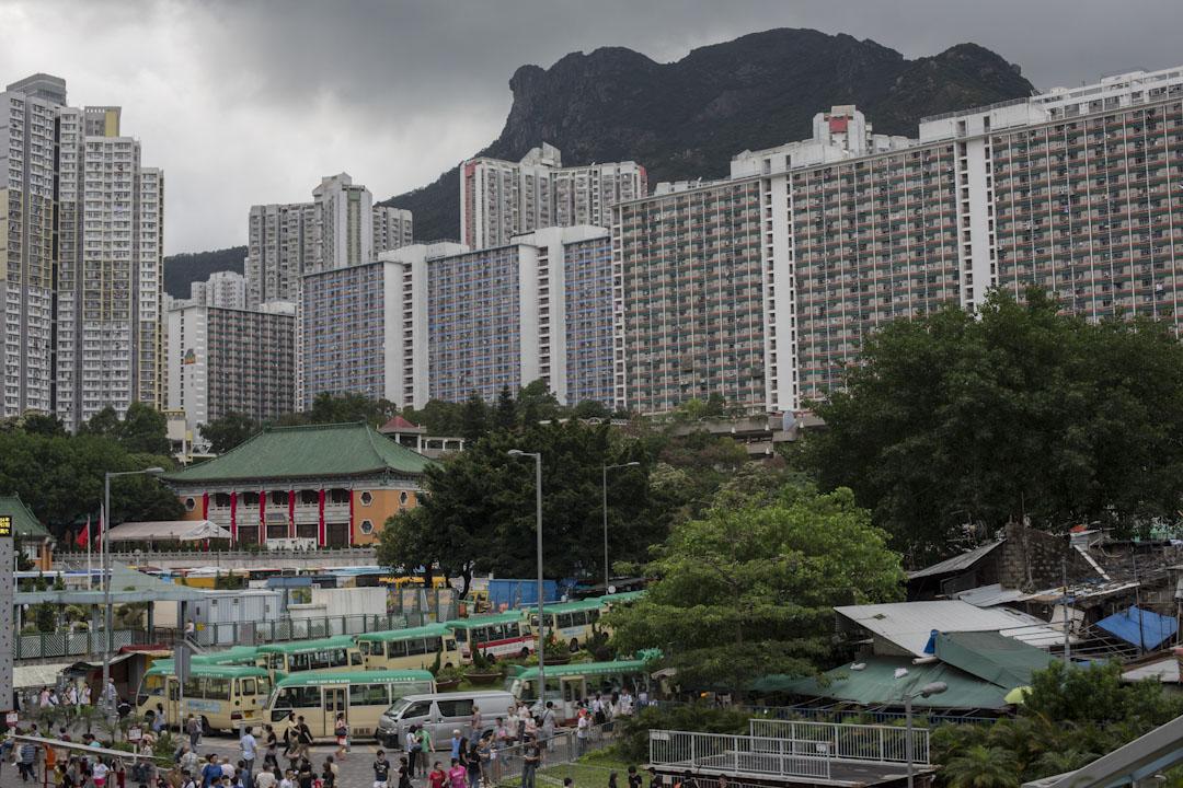社會發展方面,一般有兩種機制對前途有利──凝聚力強,本土身份認同及歸屬感。早年獅子山下的同舟共濟屬於前者,今日已褪色不少。現在香港取而代之的發展特徵是貧富懸殊、代際矛盾和香港人和大陸人的隔閡。 攝:林振東/端傳媒