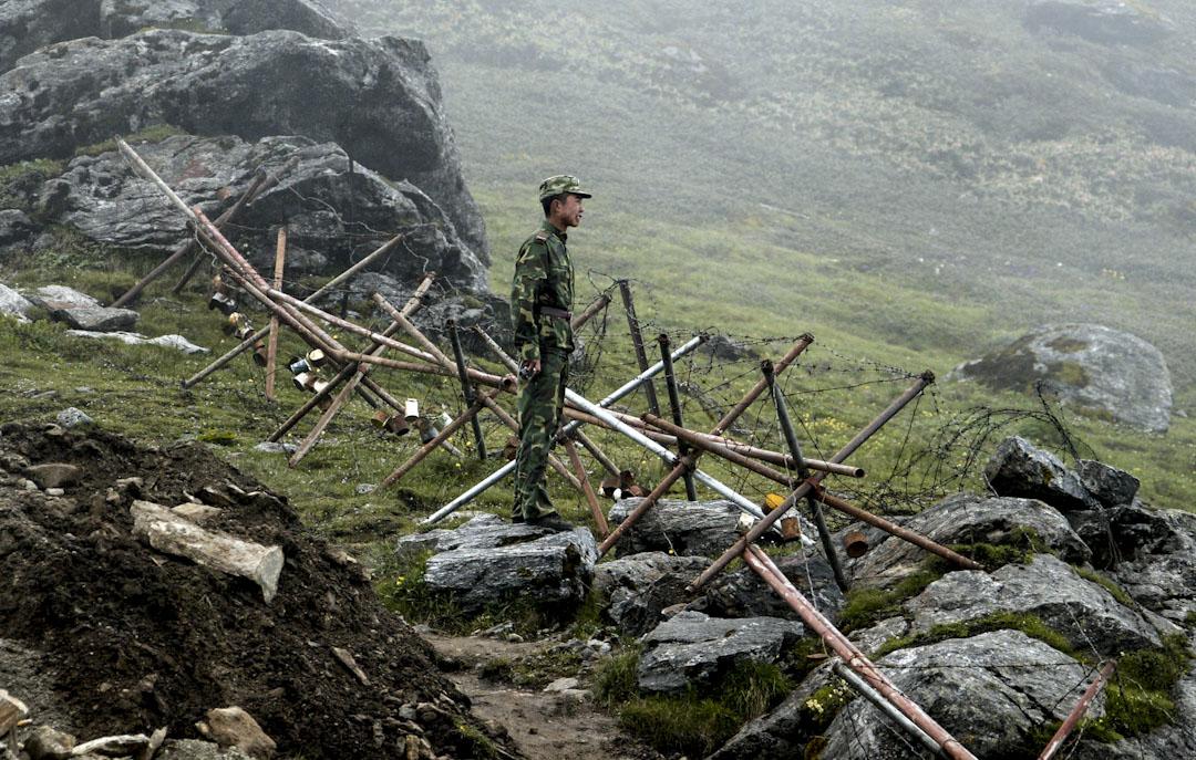 2008年7月10日,一名中國士兵站在印度與中國的邊界。  攝:Diptendu Dutta/AFP/Getty Images