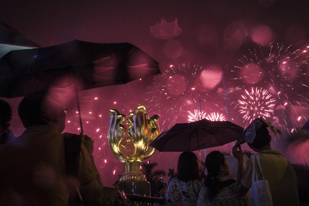 2017年7月1日晚上8時,「慶祝香港特別行政區成立二十周年煙花匯演」在維港上演,今年政府合共發放近四萬枚煙花,規模及價錢創歷史新高。