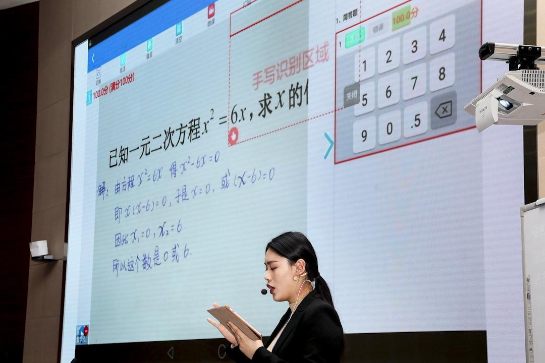 2016年12月14日,安徽省合肥市高新區科大訊飛報告廳,工作人員展示訊飛教育的在線實時批改作業系統。