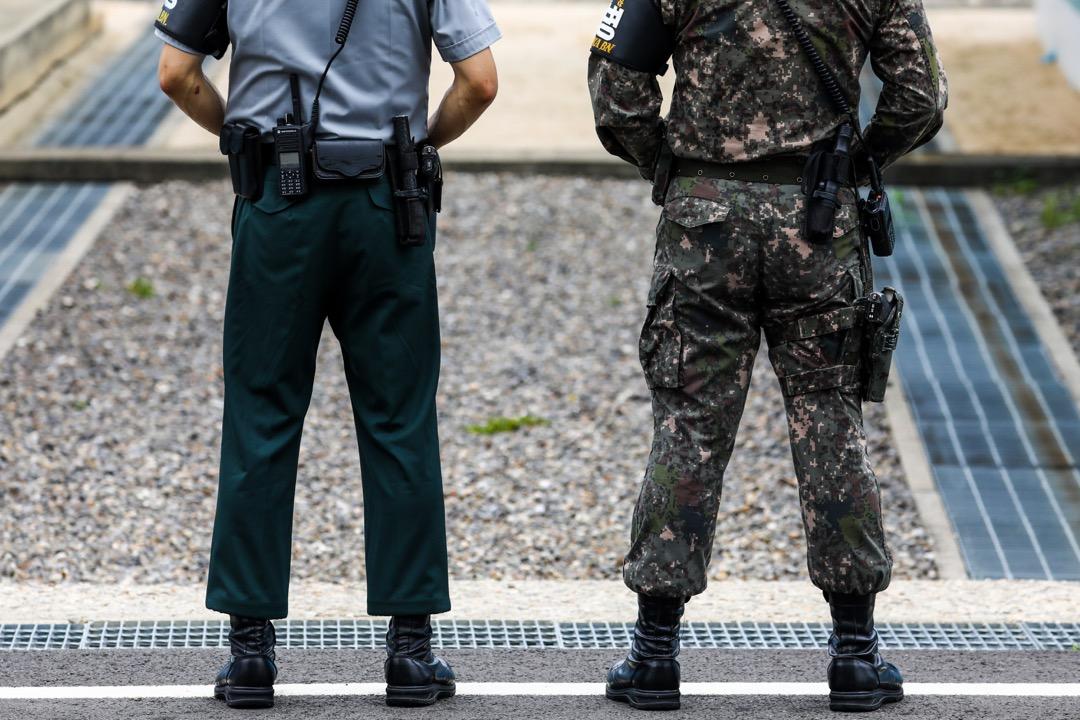 2017年7月27日,在南北韓邊境接壤的板門店,南北韓的士兵並列。南韓總統文在寅嘗試與北韓尋求共識,目標在2020年能達到無核化。
