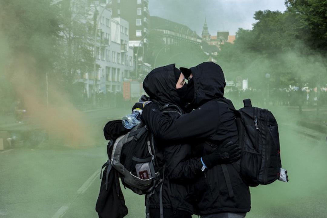 2017年7月7日,於漢堡市中心的反全球化遊行,兩名穿著黑衫的極左示威者在街頭擁吻。