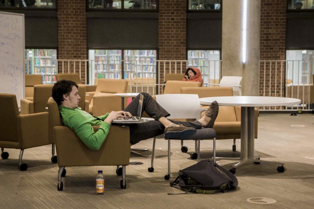當知識變得網絡化之後,房間裏最聰明的那個人,已經不是站在屋子前頭給我們上課的老師,也不是房間裏所有人的群體智慧。房間裏最聰明的人,是房間本身:是容納了其中所有的人與思想,並把他們與外界相連的這個網。 攝:JHU Sheridan Libraries/Gado/Getty Images