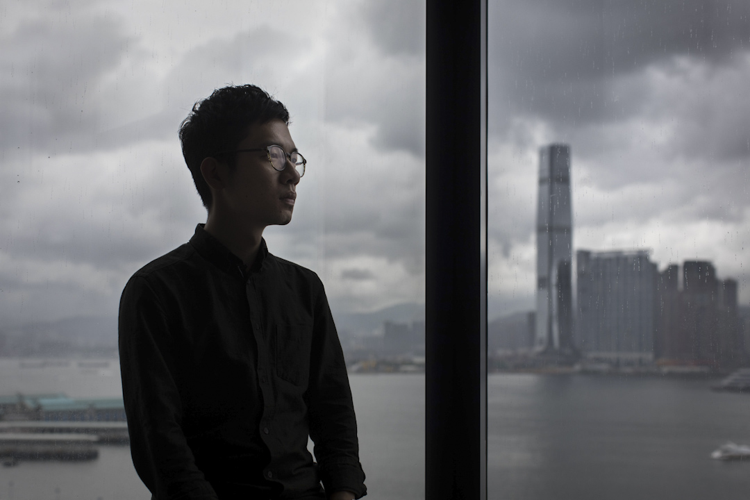 2017年7月14日,香港高等法院宣判,梁國雄、羅冠聰、劉小麗及姚松炎四名立法會議員宣誓無效,自2016年10月12日宣誓當天起已喪失立法會議員資格。羅冠聰在立法會議員辦公室的玻璃前。 攝:Stanley Leung/端傳媒