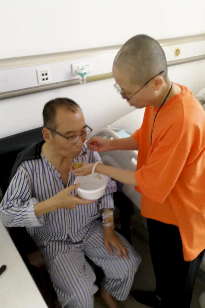 劉霞在醫院喂劉曉波吃獼猴桃。