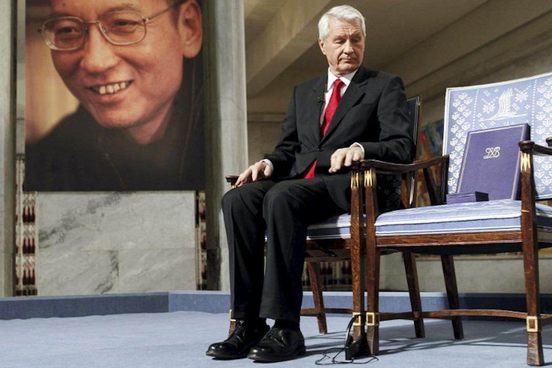 2010年12月10日,諾貝爾委員會主席亞格蘭向著一張空凳,將2010年諾貝爾和平獎授予當時在囚中的劉曉波,以表彰他長期爭取維護中國人權的努力。這時全場起立,鼓掌接近一分鐘。全體嘉賓三度起立鼓掌。 攝:Heiko Junge / pool / AFP