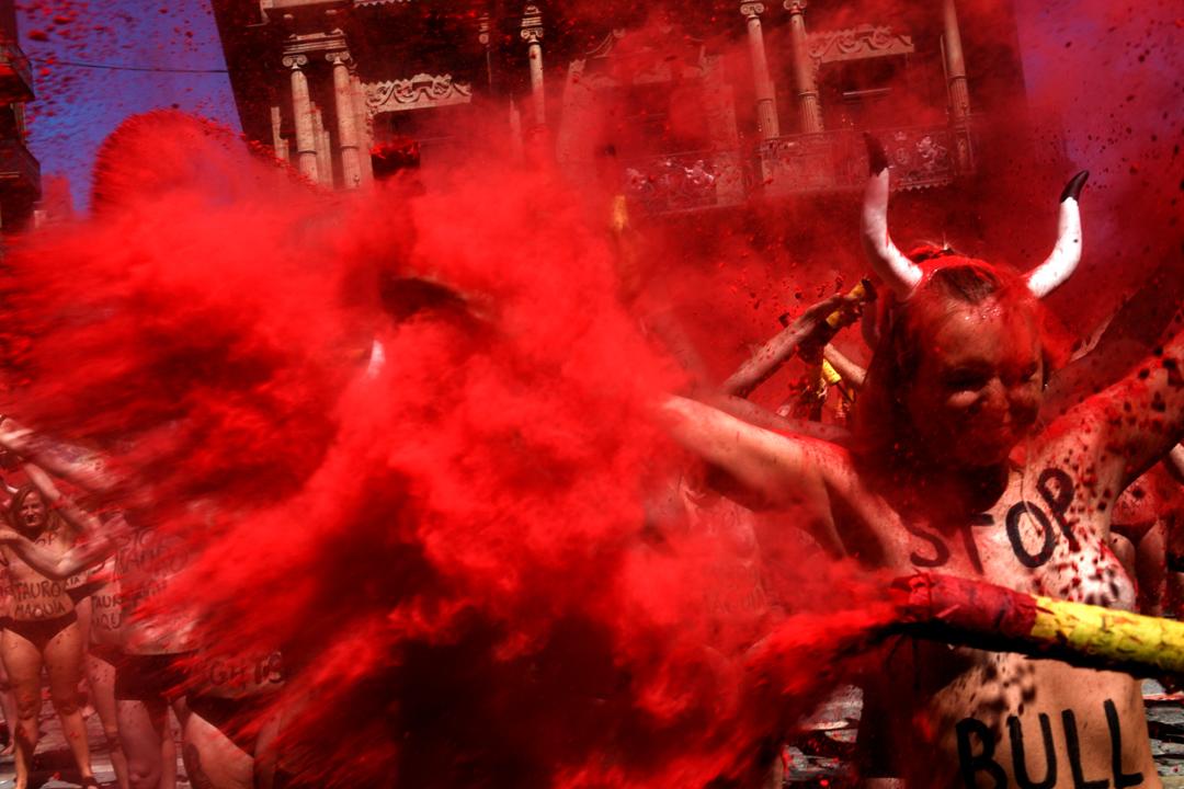 2017年7月5日,在西班牙北部城市潘普洛納,當地傳統節日聖費爾姆節即將到來,有動物權益抗爭者發起示威。他們在街道上噴灑紅色粉末,提倡廢除鬥牛表演和比賽。