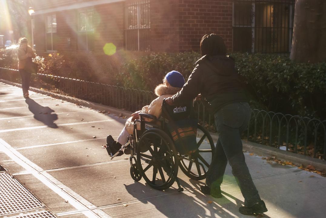 「生命的終結」提醒着這些未來的醫生,「醫學」這個概念還有一個本質舒屬性是「陪伴」。當死亡將要如期而至, 「醫術」再無能為力的時候,「醫學」本身還沒有結束。就算不能治療,「陪伴」也是醫學終極的一部分。 攝:Richard Levine/Corbis via Getty Images