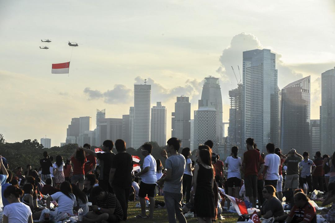 無論是國會、法院,還是民選總統,在李家糾紛牽涉的問題上,都似乎無法完全發揮應有的法理作用。這或許凸顯新加坡政治體制,在實質上沒有辦法監督或約束行政權力的嚴重缺陷。圖為2010年新加坡國慶慶祝活動。